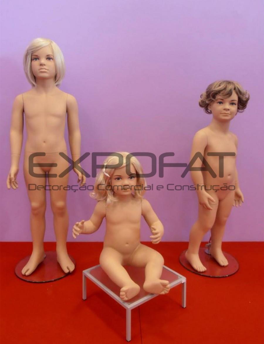 Manequins de criança com peruca