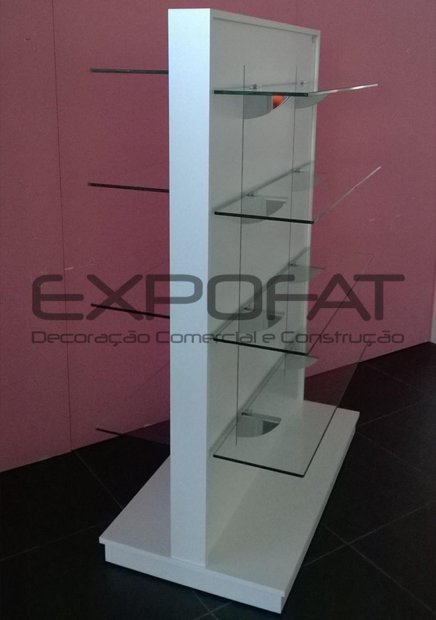 Expositor central linear com prateleiras