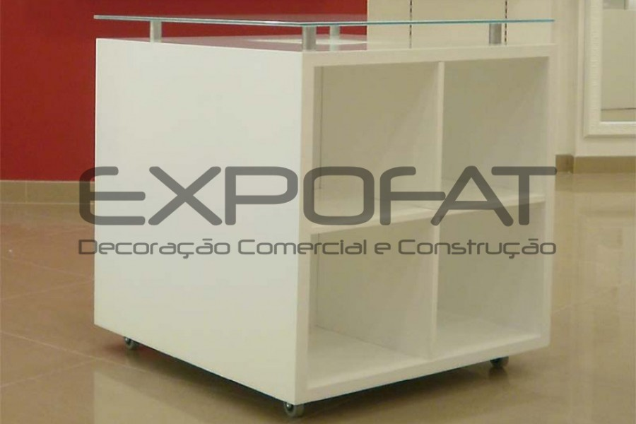 Expositor central com cubos